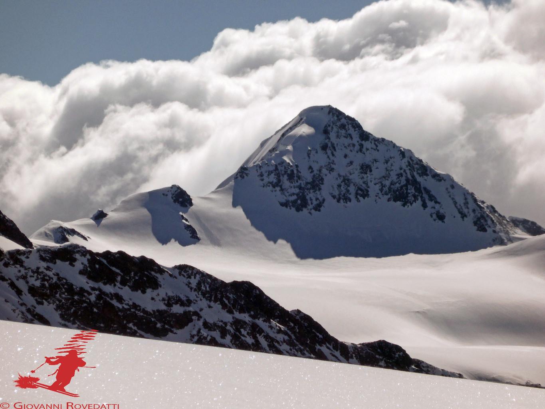 La Punta San Matteo 3678m con il ghiacciaio del Dosegù, salendo al Monte Sobretta 3296m
