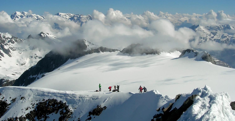 Piz Medel; sciatori allo skidepot...