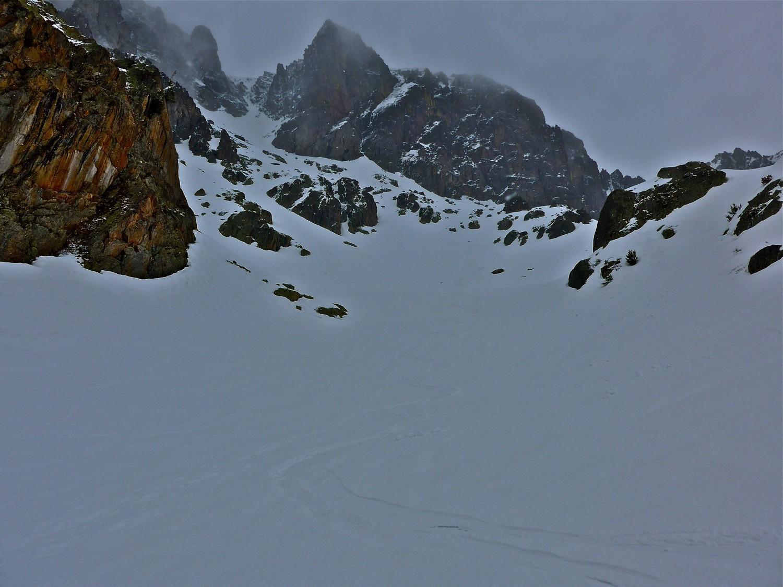 Pour les amateurs le couloir goulotte peut se passer à ski bien plein.
