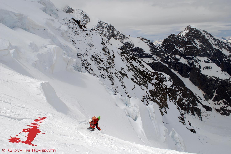 Roberto scende dalla Foura a circa 3500m, con vista sul Piz Morteratsch 3751m