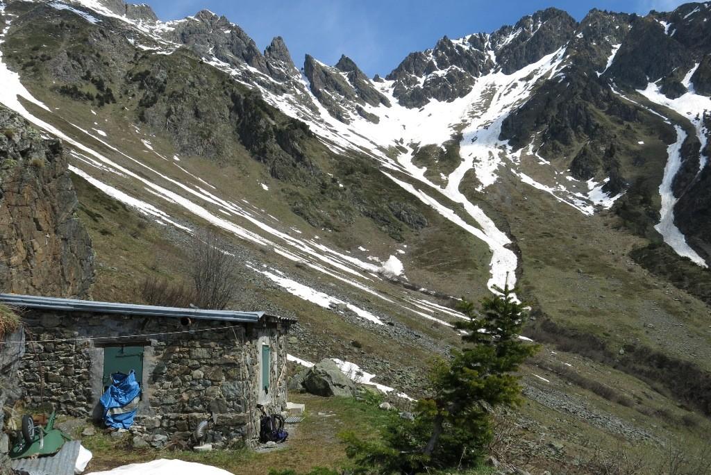 La cabane et le cirque de la Petite Vaudaine (Pas de la Passure presque au milieu)