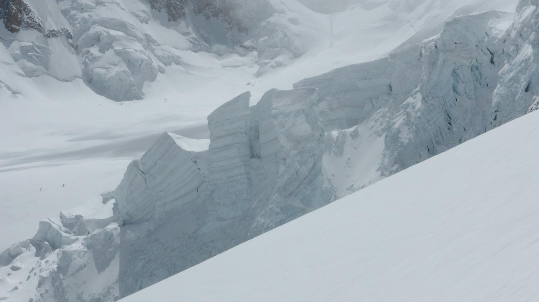 J2 - séracs menaçants au-dessus de l'iti du Grand Plateau