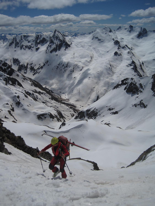 Ultimi metri sul versante bergamasco al colletto deposito sci