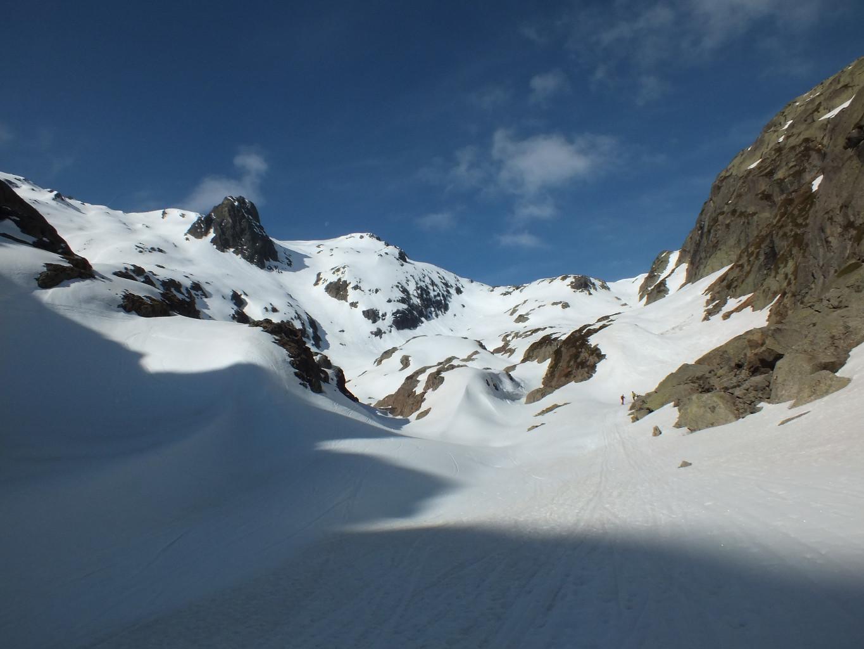 à la sortie des gorges de la Veudale, il y  a de la neige mais c'es tout trafolé trafolé par ici, alors ....