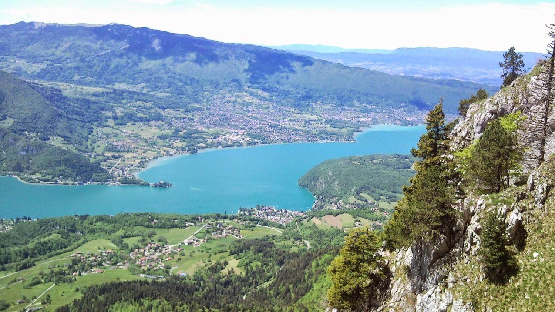 Belle vue sur le lac depuis la paroi.
