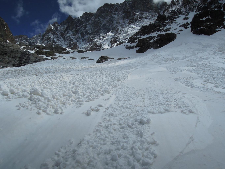 Viser les bandes de neige lissées par les coulées (afin d'éviter les boules...)