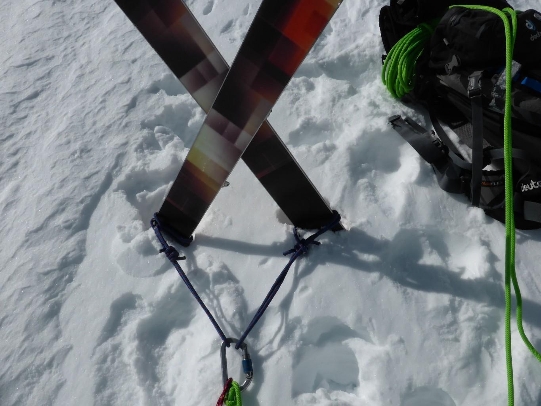 Solide ancrage au-dessus de la rimaye: 1m de neige tassée