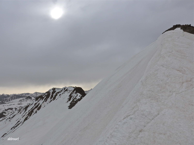 Au loin ciel clair dans les Alpes Maritimes, arrête sommitale W et sommet E.