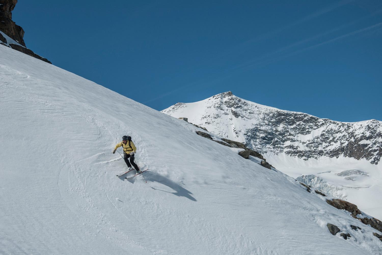Massimo in un bel tratto di nevebella, sullo sfondo l'Albaron 3637m