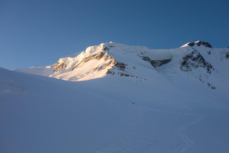 Il Couloir de Gardien dal Plateu de Dejeuner; ressa di scialpinisti