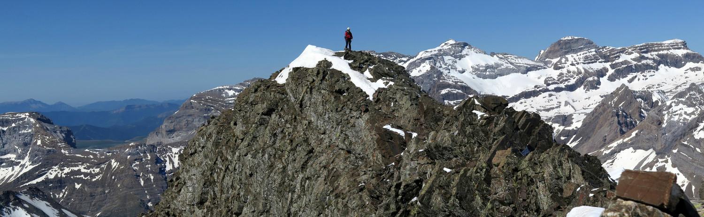 Crête de descente, sur fond de Mont Perdu