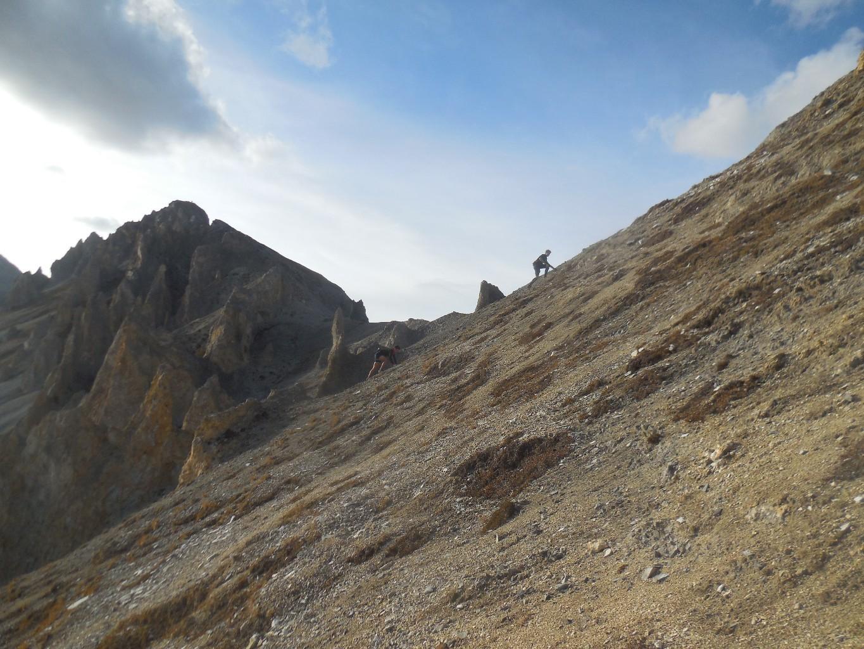 Dans les éboulis, le sommet est au fond