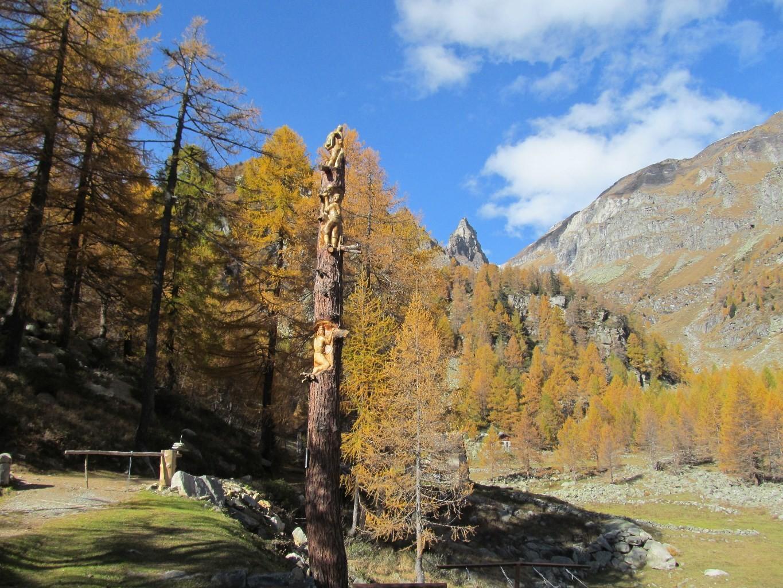 scultura di un tronco in onore dei fratelli Boni
