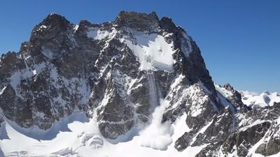 Bel aérosol sous le glacier suspendu de l'Ailefroide Orientale