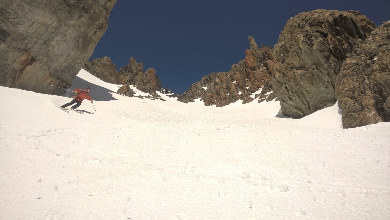 Excellent ski au pied du couloir S de la Bosse 3343m du Pic Coolidge