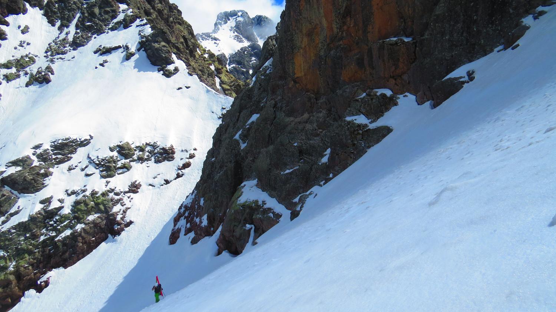 début de la rampe du Capu Rossu, il a neigé au dessus de 2000, au fond le capu Falu