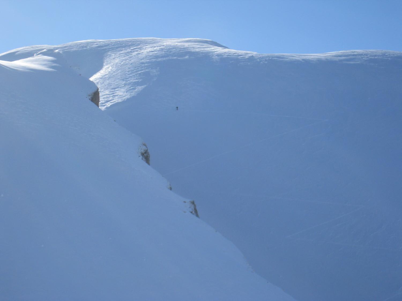 skieur solitaire montant vers l'Aig de Borderan - aig Calvaires