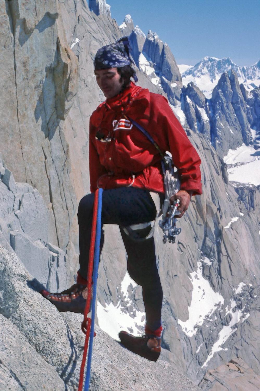 Miguel llegando a una de las reuniones. Al fondo a la izquierda se intuye el Cerro Torre.