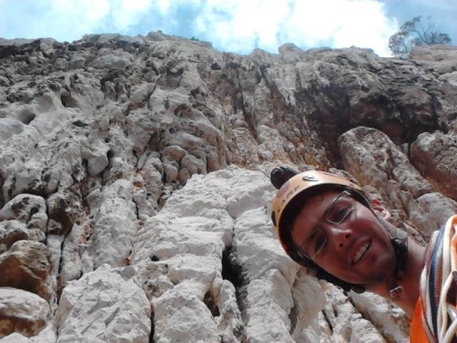 Et au-dessus du casque de Bruno, la fin de la traversée mène sur un gros champignon émergeant de la paroi, que l'on force droit dessus !