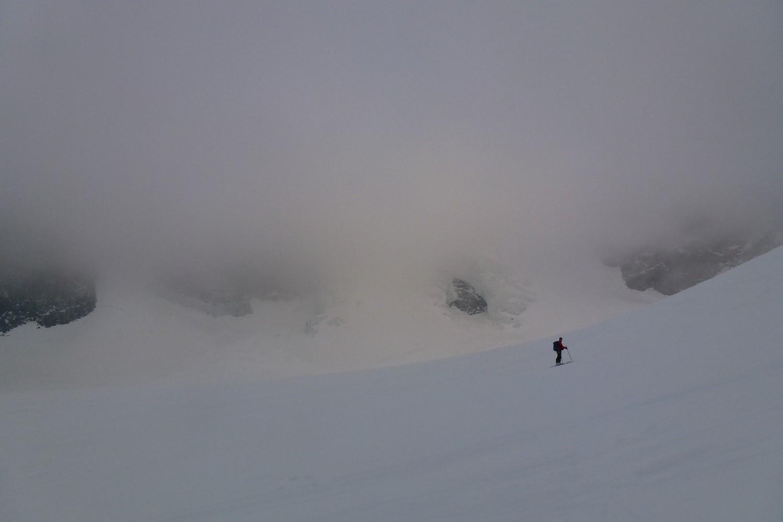 Plafond de nuage sur la glacier de bon matin