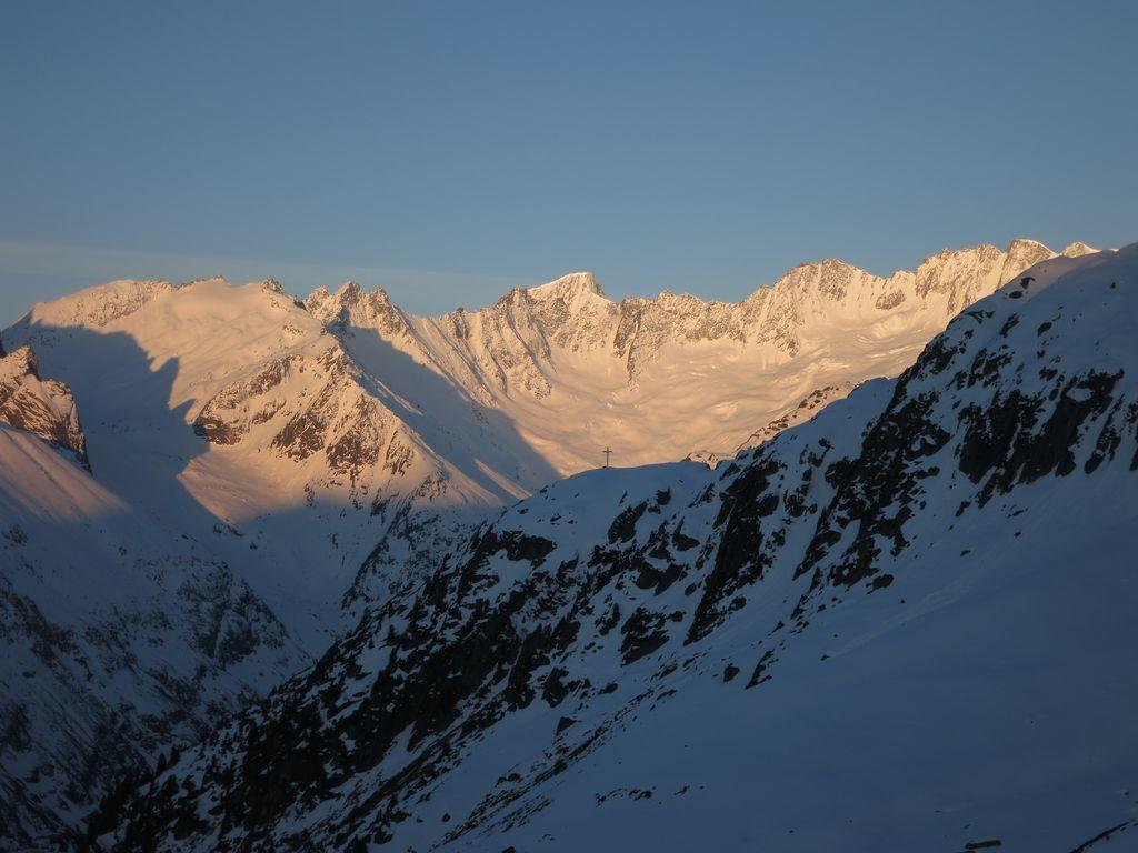 Lever de soleil sur les sommets du Dammastock