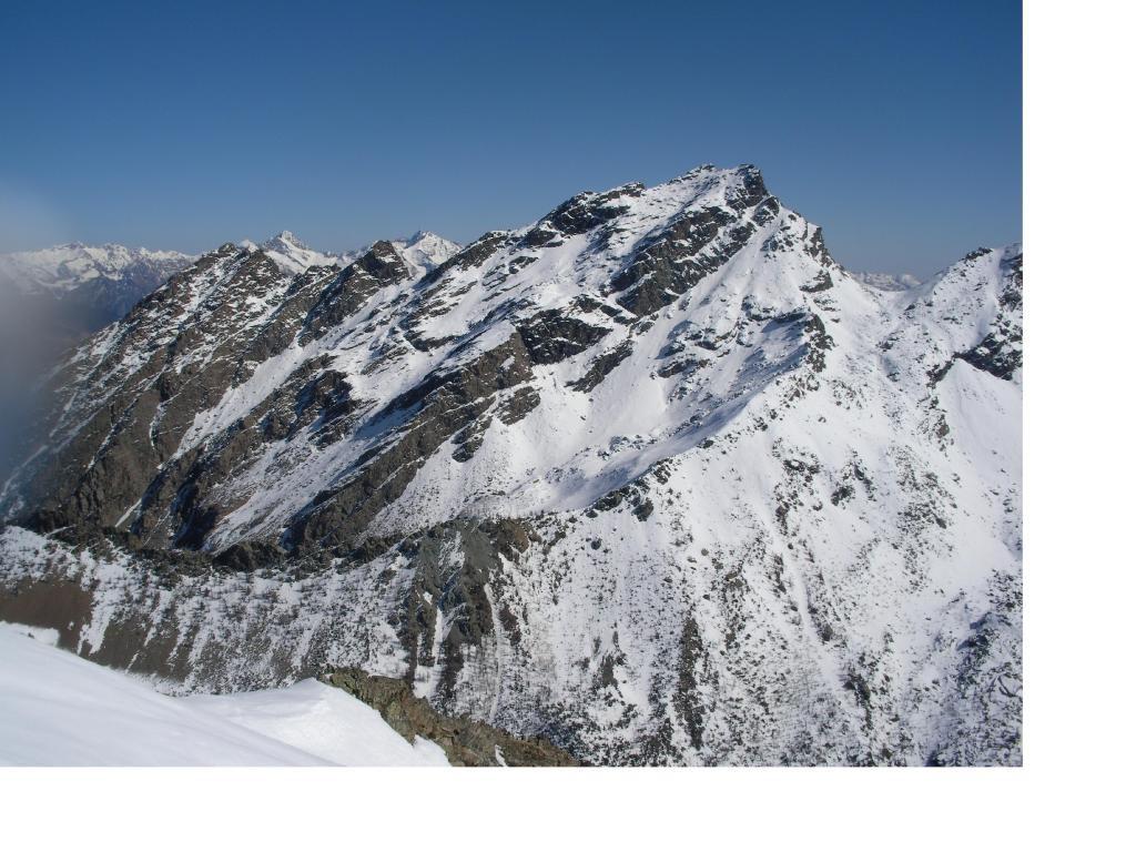 Il Mont Ruvic visto dalla vetta del Mont Emilius nel mese di aprile