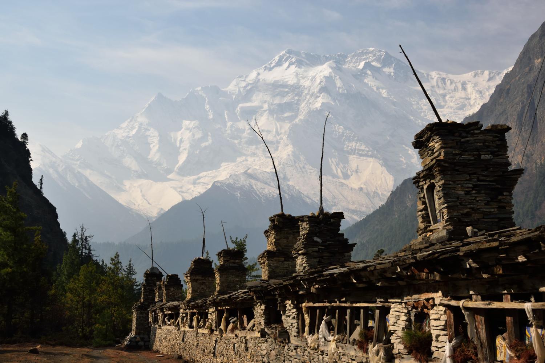 Entre Pisang et Braga, au fond l'Annapurna II (7925m)