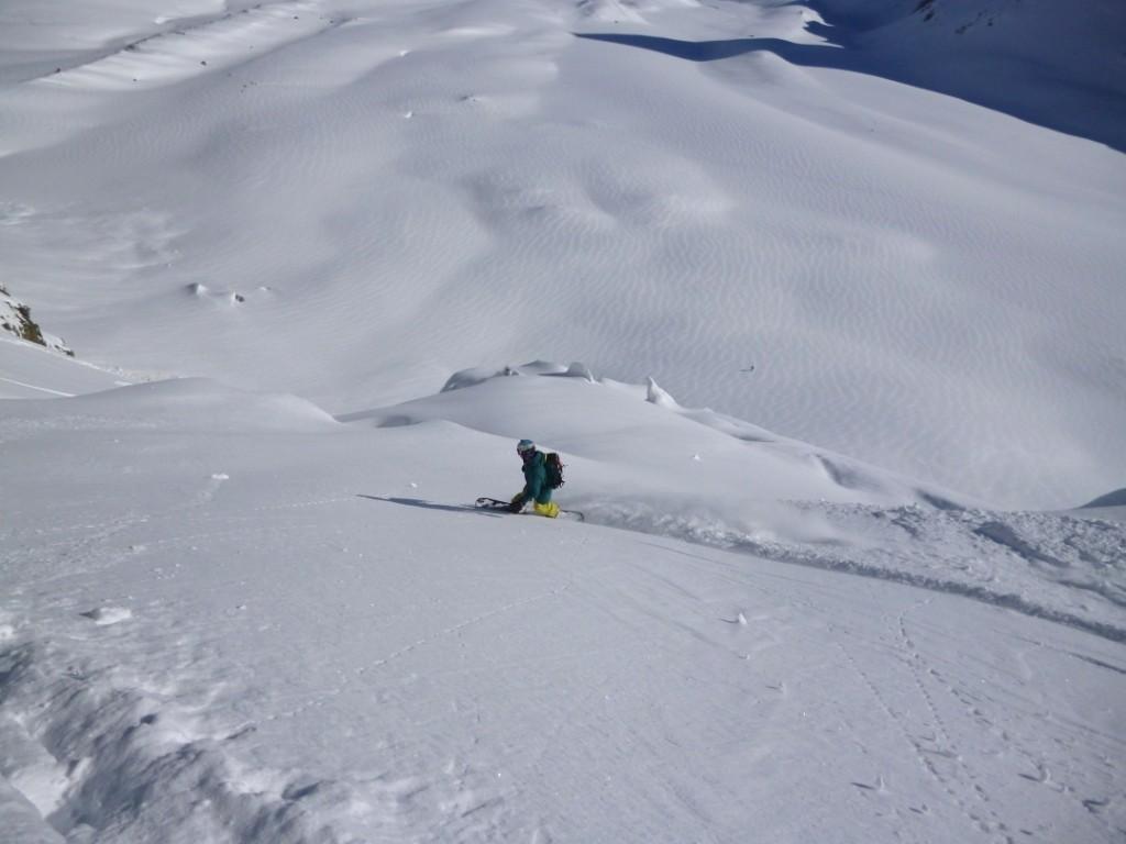 Christophe profite de la poudreuse du glacier de Tsena Refien alors que Manu est déjà en bas