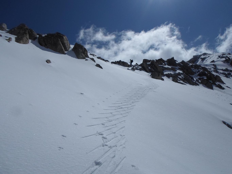 I primi metri sul versante S del Passo di Tablasses salendo Testa di Tablasse.
