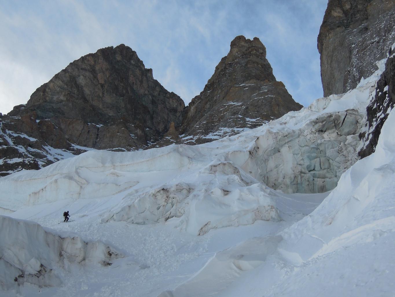 Fin d'approche à ski dans les séracs