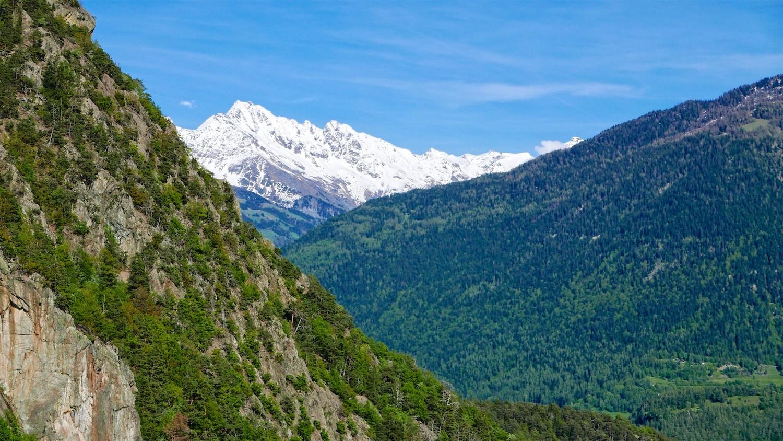 Constrate avec la haute montagne enneigée