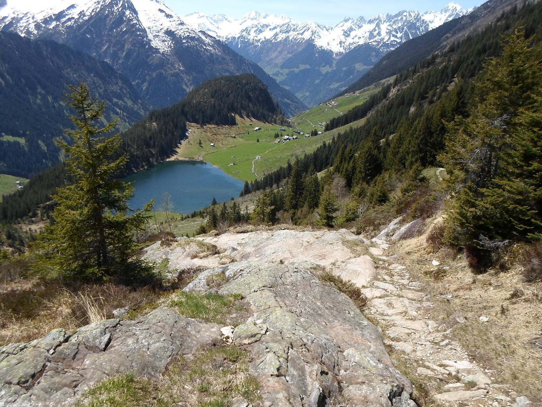 Il bucolico splendore del Golzernsee dal sentiero per il Windgallen Hutte.