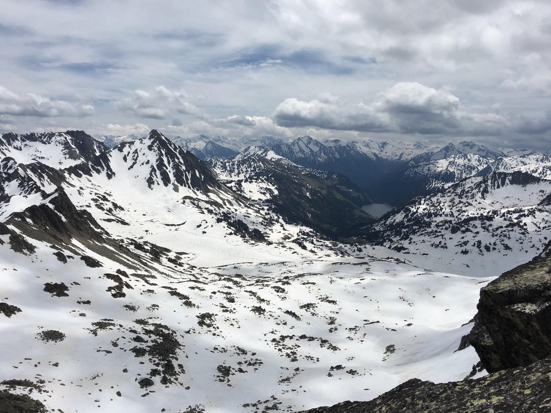 Vue sur le Bastan avec de beau couloir à skier