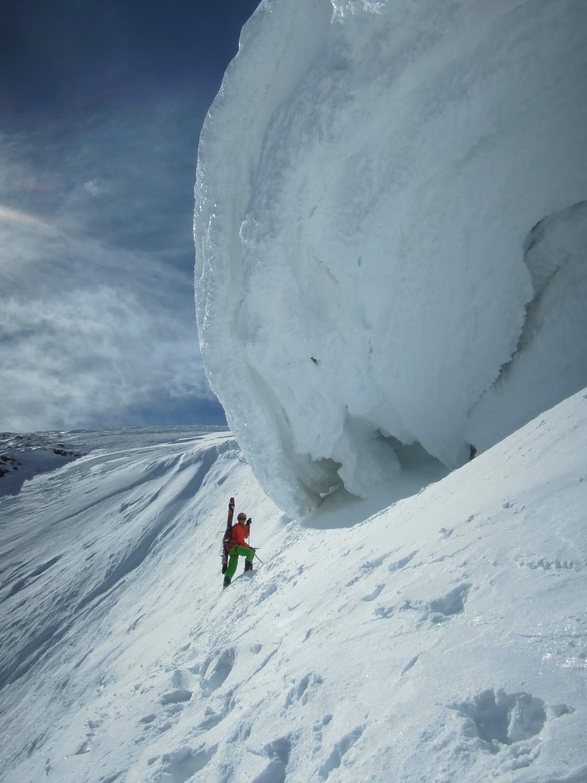 On contourne l'immense corniche sommitale par la gauche pour déboucher tout près du sommet.