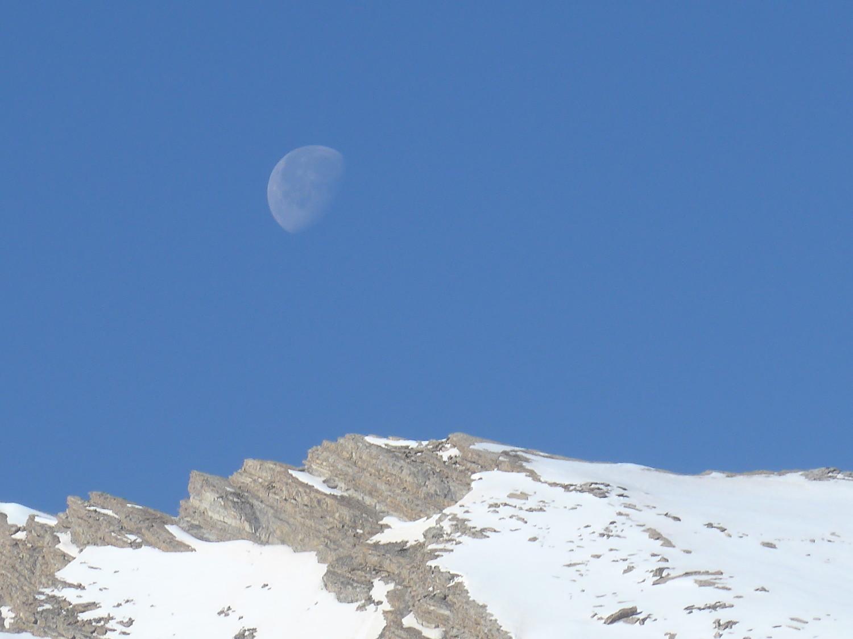 La lune me marque l'objectif du jour, la Tête de Cuguret.