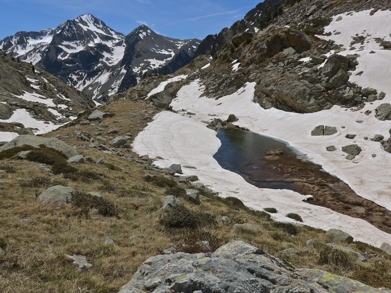 Juisse et l'Agnelière, au loin,  pauvre en neige.