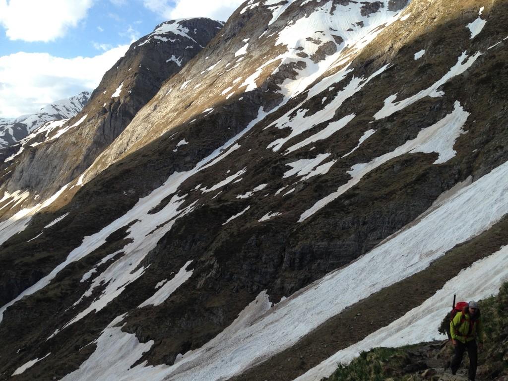Au dessus de la cascade. Le nevé assez dur permet d'accéder au chemin d'été