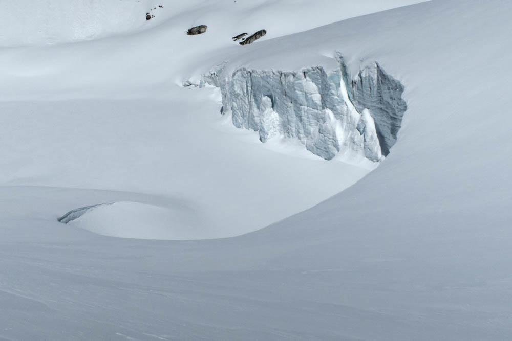 Au pied du Mont Seti, le front glaciaire tombant dans le lac
