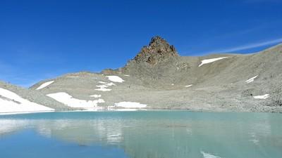 La Vierge et l'épaule SE à droite, le col Collon à gauche, son lac au milieu