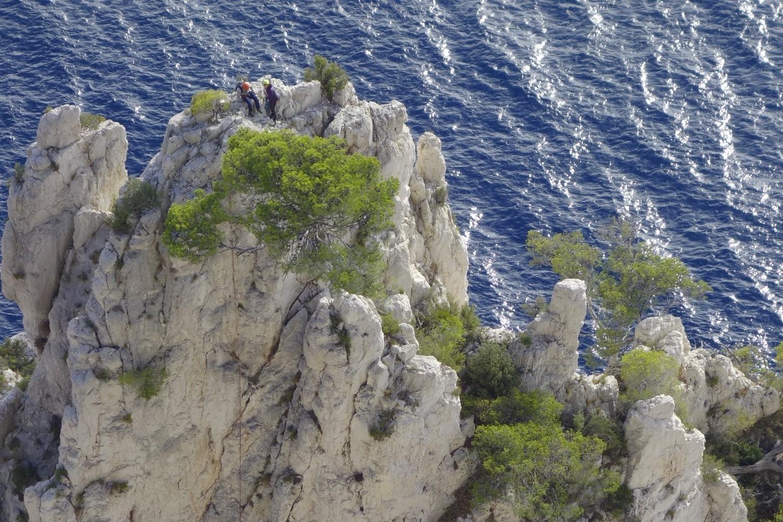 des grimpeurs au sommet de l aiguille