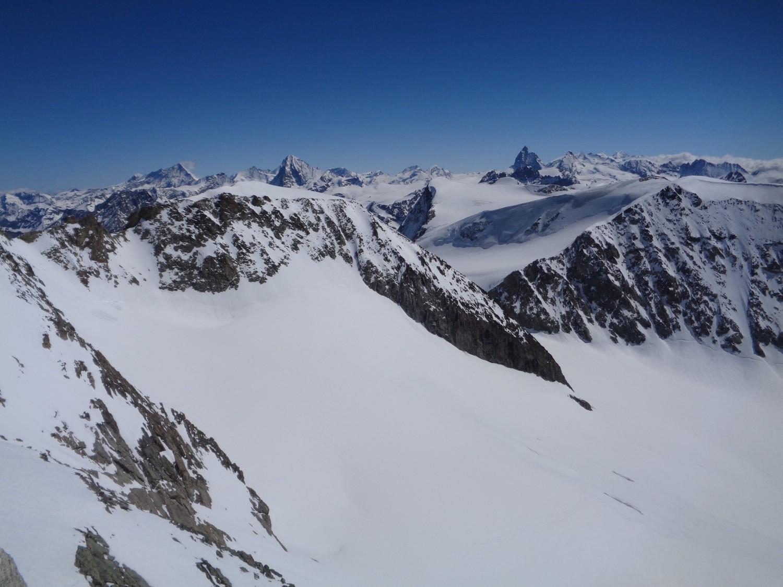 Vista dalla cima. In primo piano Pigne d'Arolla; dietro svettano Cervino (a sx) e Dent d'Herens