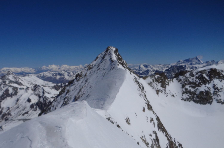Dalla cima invernale, vista sull'affilata cresta della vetta alpinistica
