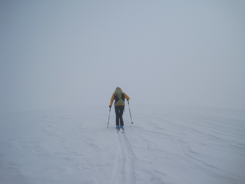 Partenza dalla cima nella nebbia