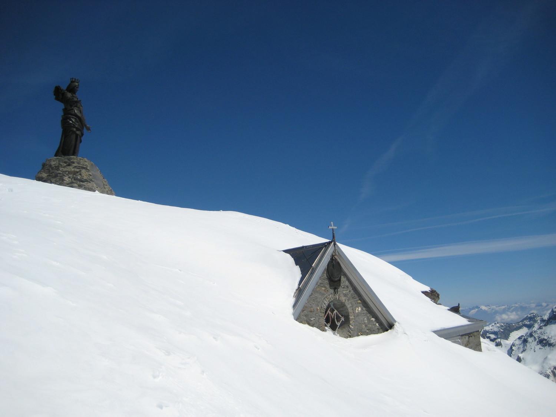 la vierge et la chapelle au sommet