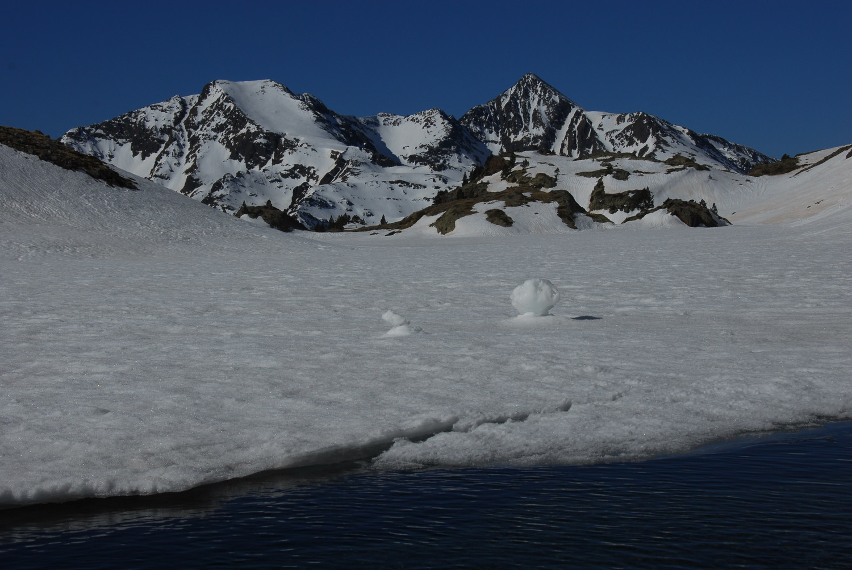 L'estany d'Areste, amb el Norís i el Monteixo al fons