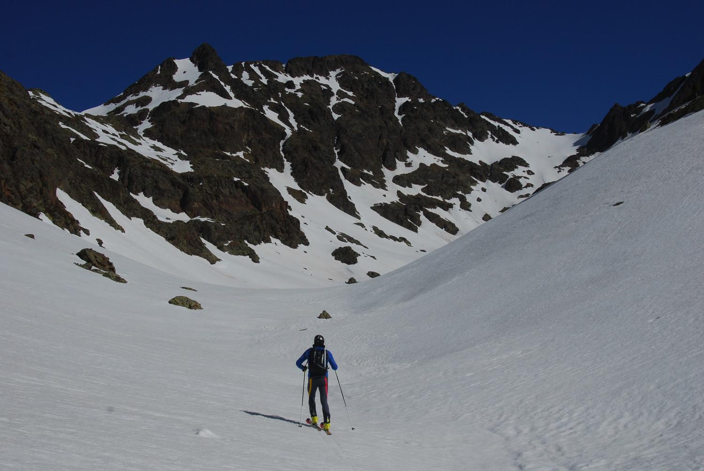 Remuntant la vall d'Areste amb el Canalbona al fons