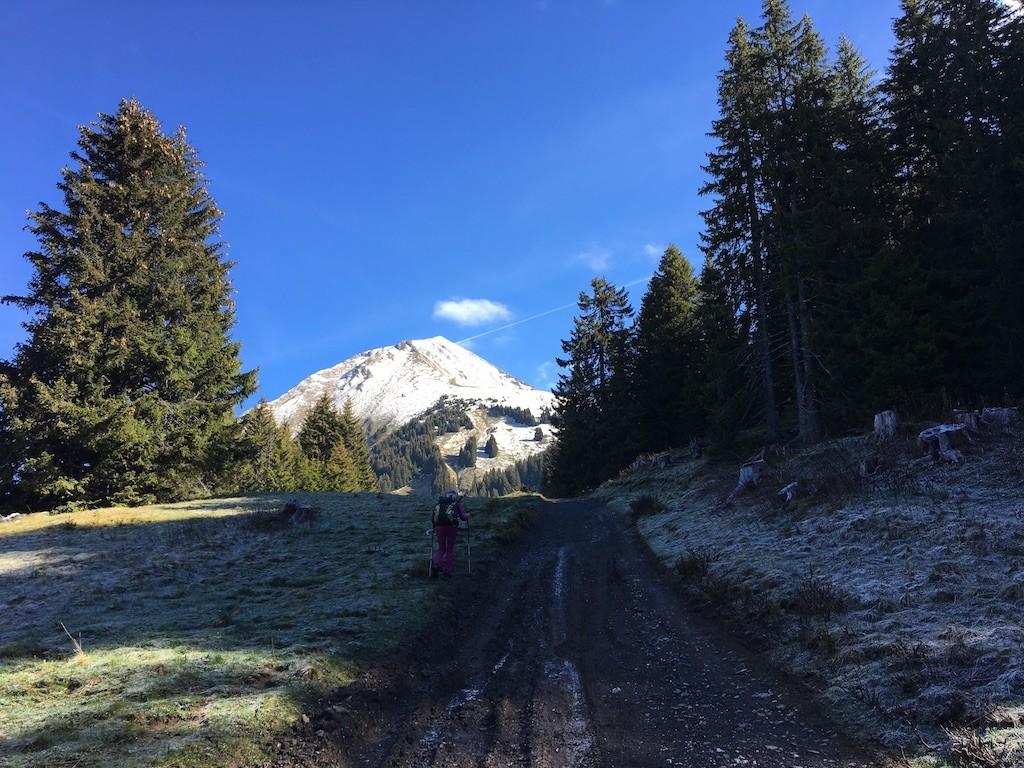 Après les chalets de Lens avec la vue sur le Mont de Grange