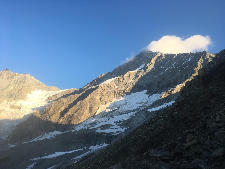 L'arête E et le sommet vus du refuge le lendemain matin