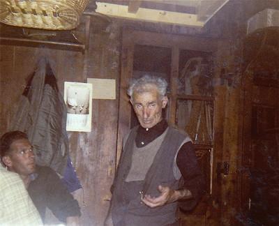 Le gardien Louis Dumoulin, suspendue au plafond une corbeille dklzzwxh:0035osier klzzwxh:0036Pour aller aux champignons sur le Grand Combinklzzwxh:0037